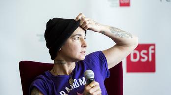 Itt a videó Sinéad O'Connor katasztrofális budapesti sajtóbeszélgetéséről