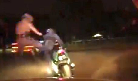 Rendőr rúgta le a motorról