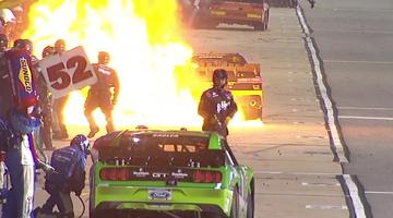 Pokoli lángok csaptak fel a NASCAR-kocsiból