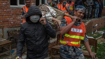 Sorra ássák ki a holttesteket, már 3700 halott a nepáli földrengésben