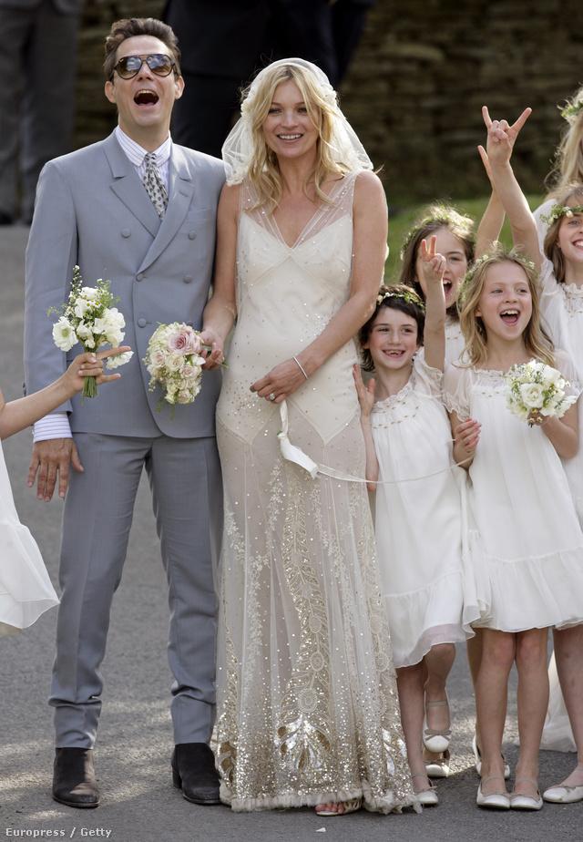 Kate Moss Galliano ruhája tradicionális, ugyanakkor izgalmas.