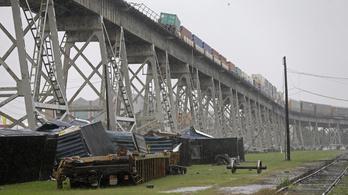 Akkora vihar tombolt, hogy a tehervagonokat is lelökte a hídról