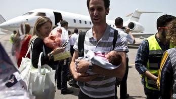 Újszülötteket is hazavittek a Nepálból kimenekített izraeliek