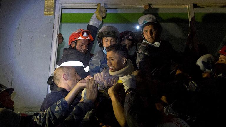 80 órával a nepáli földrengés után mentettek ki egy férfit a romok alól