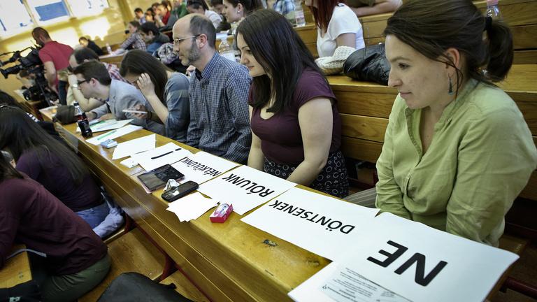 Engedélyt kell kérni az apukájuktól az egyetemeknek