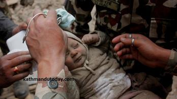 Négy hónapos kisbabát húztak ki a romok alól Nepálban