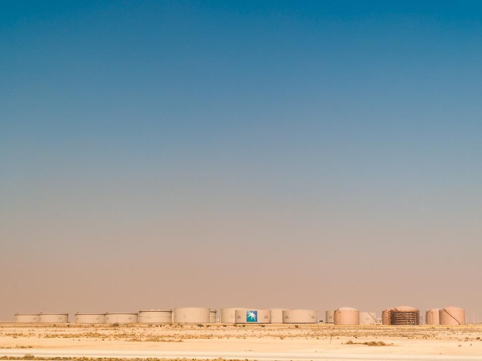 Az Aramco gázolajtárolói Szaúd-Arábiában. Dhahranban van a Szaúd-Arábiai Olajvállalat, a Szaúdi Aramco központja. Eredetileg még Arabian American Oil Companynek hívták a szaúd-arábiai állam tulajdonában álló céget, innen az Aramco elnevezése. Ez a leggazdagabb vállalat a világon, a cég értékét valahol 1,25-7 ezer milliárd dollár közé teszik.