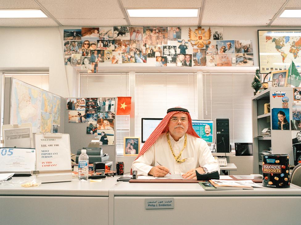 Philip J. Embleton külföldi állampolgárként dolgozik a Szaúdi Aramco PR-osztályán. A cég az alkalmazottait a saját utasszállítójával szállítja az országban.