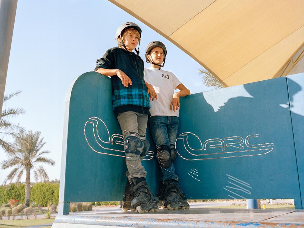 A fiatalok várnak a sorukra a görkorcsolyaversenyen.
