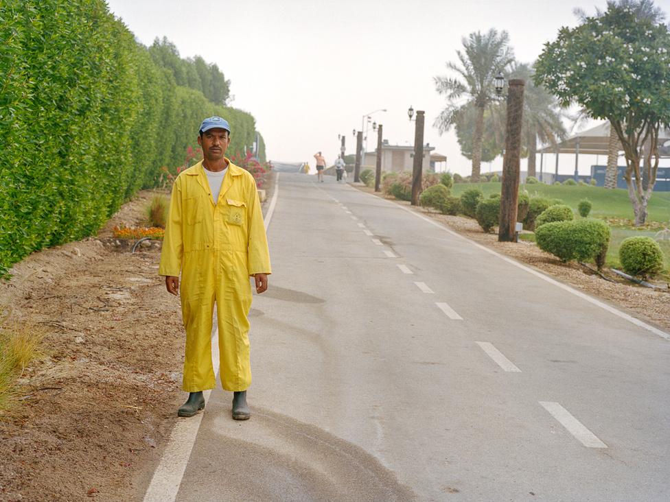 Egy munkás azon a részen, ahol a futók is elhaladnak. A sivatag közepén van, zöldből mégsincs hiány a városban.