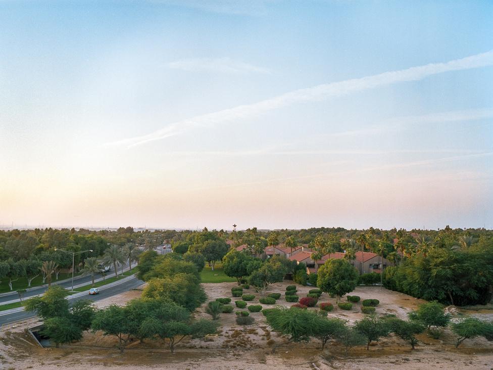 Dhahran városképe a dombokról. A zöld területeken kívül sok homokos bucka és domb van, amiket jebelnek hívnak. Ezeket krosszmotorosok és futók is előszeretettel használják, de akár gyerekekkel is kijönnek ide pihenni a helyiek. Ayesha fotóinak segítségével kívül-belül be lehet járni a sivatag közepén mesterséges szigetként emelkedő várost.