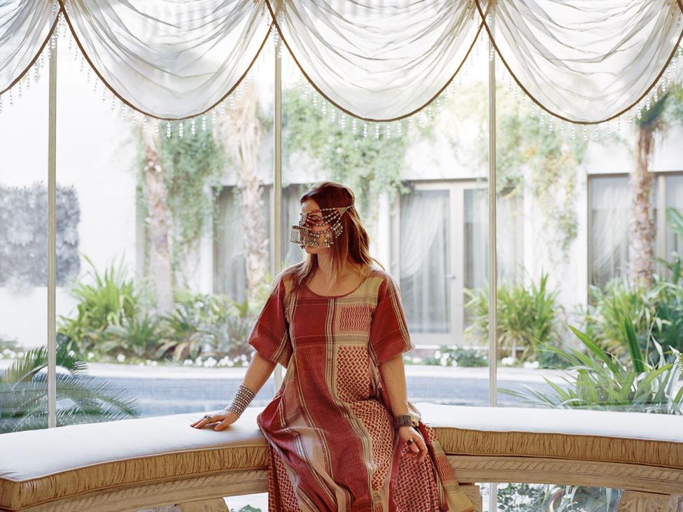 Hagyományos arab öltözet modernebb feldolgozásban. Ayesha szerint Dhahranban a modern és a hagyományos dolgok egymás mellett élnek.