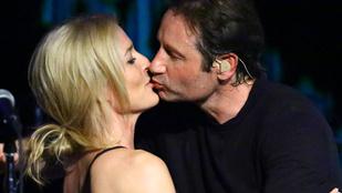 Végre megtörtént! David Duchovny megcsókolta Gillian Andersont!
