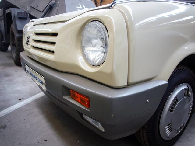 A fényszórón kívül semmi nem egyezik a 601-essel. A Golffal viszont igen, VW-Audi emblémás index van a lökhárítóban