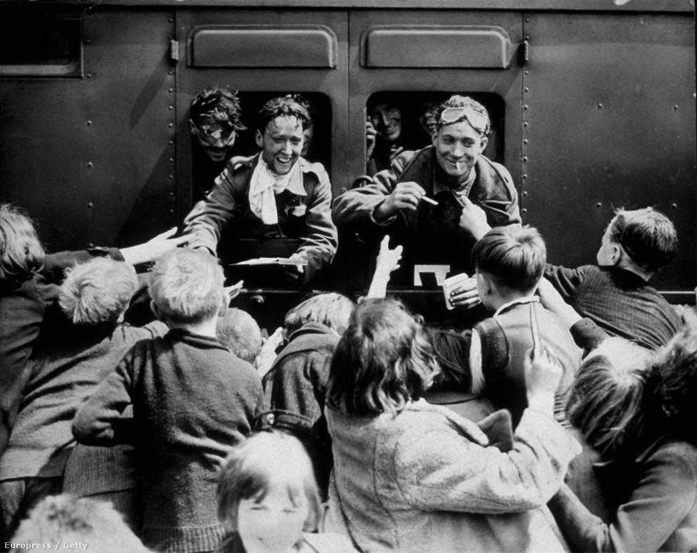 """Churchill megdöbbent azon, hogy a szigetországban győzelemként fogták fel a 338 ezer katona kimenekítését, és arra intette a hurráoptimista közvéleményt: """"evakuációval nem lehet háborút nyerni."""" Ő tudta, hogy Nagy-Britannia még nem menekült meg a németektől, de azt is, hogy Hitler nem szánta még el magát az invázióra."""