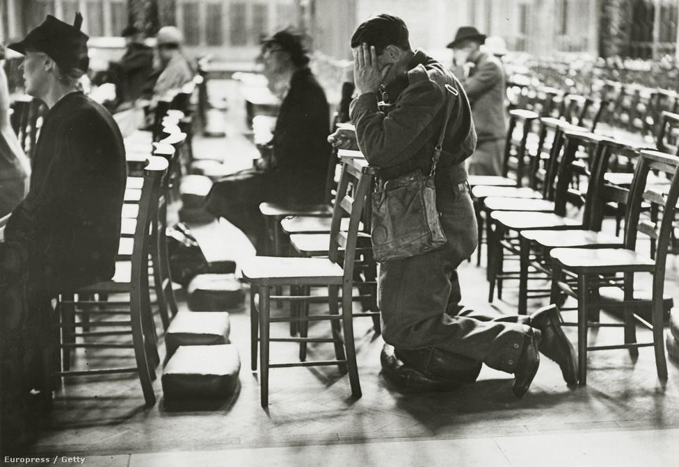 Dunkirki túlélők hálaadó misén vesznek részt a Westminster Katedrálisban. A brit haderő megmenekült, de ekkor még egyáltalán nem látszott az, hogyan is kecmereghet ki Nagy-Britannia győztesen a háborúból. Franciaország összeomlott, Olaszország a közel-keleti gyarmatokat fenyegette. Végül nem a Dunkirkben megmenekült katonák mentették meg Nagy-Britanniát (és vele együtt a világot) attól, hogy a nácik 1940-ben megnyerjék a háborút. De az evakuáció sikere miatt rázta le magáról a brit társadalom a bénultságot, és döntött úgy, hogy nem kíván részese lenni a nácik Új Világrendjének, hanem akár egyedül is folytatja a harcot.