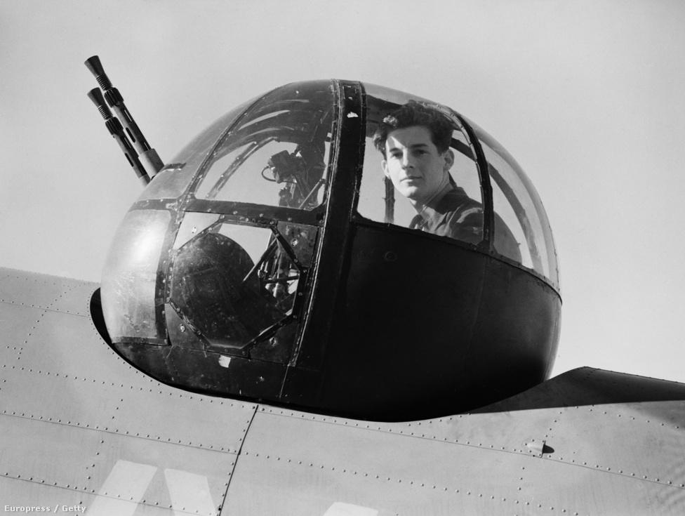 A Királyi Légierő repülőinek kulcsszerepe volt az evakuáció sikerében. A Dinamó hadművelet kilenc napja alatt a szövetségesek összesen 240 német gépet lőttek le, közben 177 repülőt vesztettek, de az arányoknál fontosabb volt az, hogy 338,226 embert sikerült elmenekíteni a partról. A Lockheed Hudson géppuskatornyában kuporgó fiatalember egyébként  Walter 'Spike' Caulfield, akit azért tüntettek ki, mert május 31-én sikeresen vonta magára a Dunkirk fölött cirkáló német vadászgépek figyelmét. Ez a tett a Messerschmitt Me 109-es vadászok és a Hudson járőrgépek közti különbséget figyelembe véve tényleg hősies.
