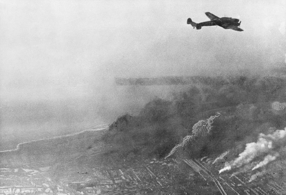 A szövetségesek legjobb erői a La Manche csatorna partjaihoz szorultak, Boulogne és Calais eleste után pedig egyetlen esélyük maradt: eliszkolni a kezükön lévő utolsó jelentős kikötőn, Dunkirk-en át. A kiürítést a britek titokban már május 22-én elkezdték megszervezni, de megkezdésére Churchill pontosan 75 éve, 1940. május 26-án adta ki a parancsot. Az evakuáció sikerét azonban egy másik hadparancs garantálta, és ezt Hitler adta ki Gerd von Rundstedt tábornaggyal egyetértésben május 24-én. A hadparancs két napra megállította a német páncélosok előrenyomulását. lélegzetvételnyi időhöz juttatva a kikötő körül éppen védvonalba rendeződő brit gyalogságot. A páncélos-stop a hadtörténelem egyik legvitatottabb kérdése: a német vezetőket óvatosságra inthette a mocsaras-vizenyős terep, aggódhattak a két hete folyamatos offenzívában lévő harckocsizók kimerültsége miatt, lehet, hogy tartalékolni akartak a francia hadsereg elleni végső csapásra. Sőt, van olyan – a hadtörténelemben periférikusnak számító – elmélet is, mely szerint Hitler egy engedékeny gesztussal akarta békére ösztökélni Nagy-Britanniát. Göring, a Luftwaffe főnöke mindenesetre azt ígérte Hitlernek, hogy bombázói egyedül is végeznek a hídfőbe szorult sereggel. Nem végeztek.