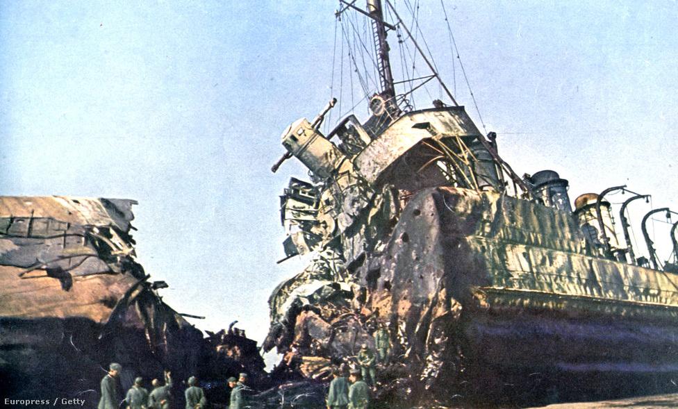 A német haditengerészet szakértői - szintén már június 4-e után - megtekintik az egyik megfeneklett hajón tátongó óriási bombaütötte rést.