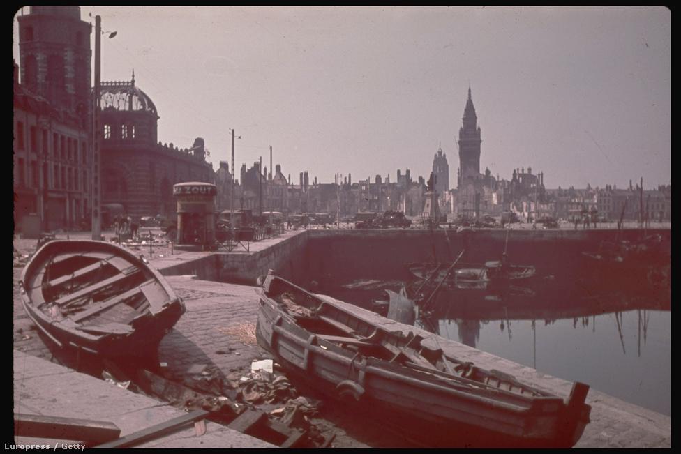 Így nézett ki a csata után a Digue de Mer haléttermekkel és hotelekkel teli parti sétánya.