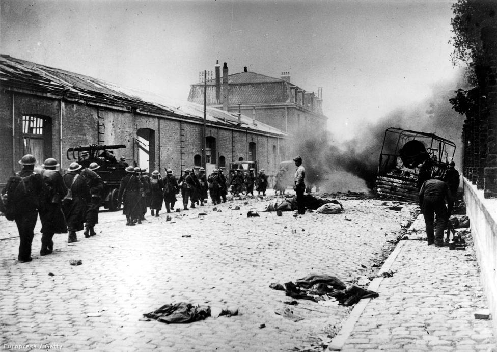Holtfáradt brit bakák vonszolják át magukat a téglaporrá lőtt városon. Az ágyúzásokban mintegy 1000 polgári lakos halt meg, ez akkoriban óriási megrökönyödést keltett. Utána jött Coventry, Leningrád, Varsó és Berlin, és a dunkirki halottak lábjegyzetté váltak.