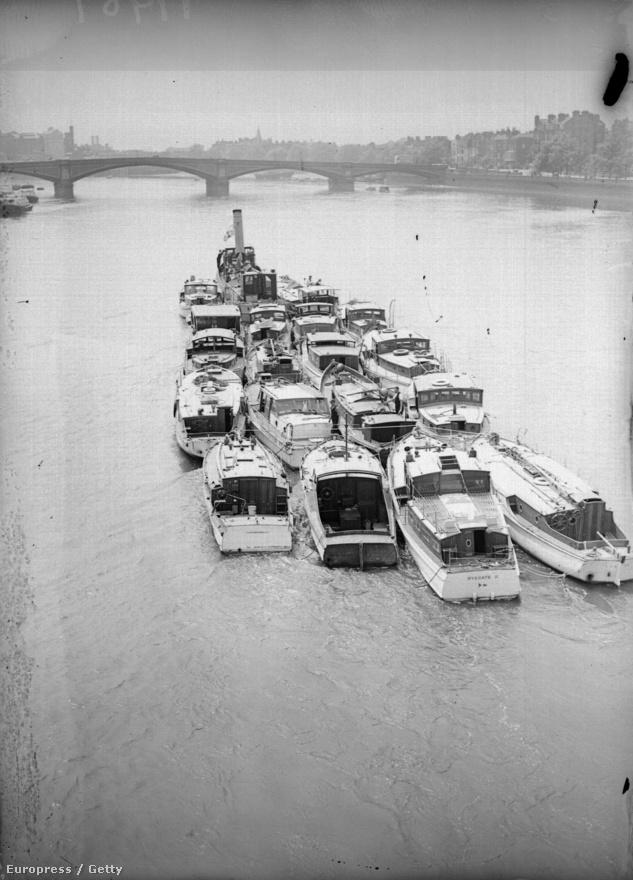 A dokkok kieséével a katonák kénytelenek voltak fövenyre, egészen a a nyílt vízig legyalogolni, és mellig érő vízben várakozni a rombolókról küldött csónakokra. A brit kormány azonban előre készült a bonyodalmakra, és május 27-re gyorsan összegyűjtött 700 kismerülésű hajót – jachtokat, kompokat, sőt, folyami gőzösöket is - melyek képesek voltak közvetlenül a partnál kikötni. A flottilla legkisebb tagja, a Tamzine halászhajó mindössze 4 és fél méter hosszú volt, és fából készült.