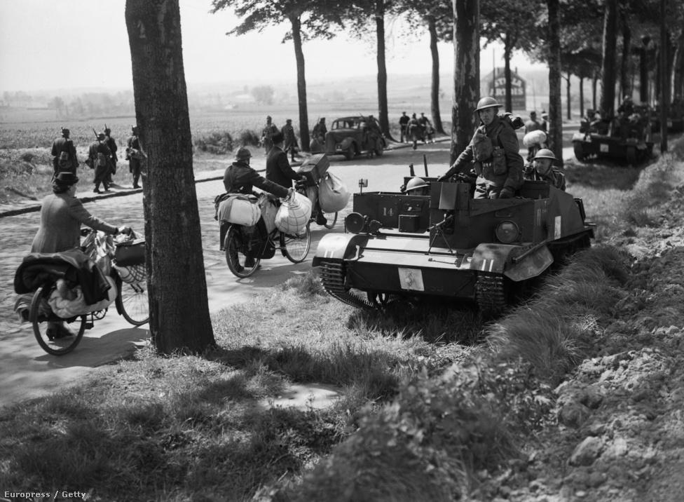 Az 1940-es franciaországi hadjáratot a szövetségesek már azelőtt elvesztették, hogy találkoztak volna az első német ékekkel. A terv az volt, hogy a francia és brit erők a semlegességéhez a német támadás napjáig mereven ragaszkodó Belgiumba nyomulva vesznek fel védekező állást. A németek azonban nem arra jöttek. Az I. világháborúra méretezett terv korrekciójához azonban egész egyszerűen túl lomha volt a szövetséges hadsereg, kevés volt az olyan szállítójármű, mint ez a Bren Carrier, melyről a brit katonák figyelik a belga menekültek áradatát.