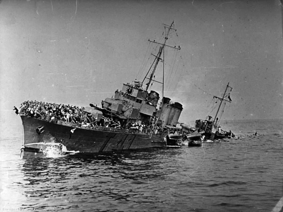 A mentőhajók rettenetes veszteségeket szenvedtek: ha sikerült kimanőverezniük az U-hajók torpedói és a zuhanóbombázók bombáit, még mindig ott voltak az aknamezők: ezen a drámai felvételen a francia Bourrasque romboló látható, mely május 30-án 1200 katonával a fedélzetén futott aknára a belga partok előtt. A féloldalra dőlt hajóval nem sokkal a felvétel készítése után egy szárazföldi telepítésű német üteg végzett.