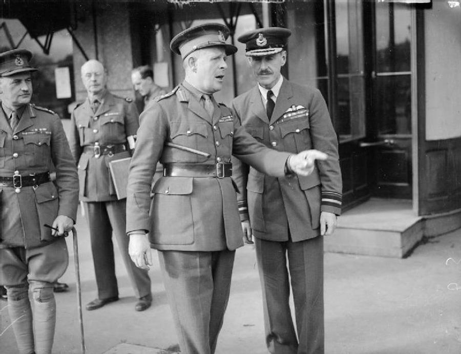 """Lord Gort, a Brit Expedíciós Haderő parancsnoka nagyon határozottan mutat rá valamire; talán arra, hogy a szövetséges haderőt simán átkarolták az Ardennek hegyi útjain keresztül előretörő német páncéloshadtestek. Ahogy a francia hadvezetés látta, hogy csődöt mond a legjobb csapataikat mozgósító A-terv, hirtelen rájöttek, hogy voltaképpen nincs is B-tervük a németek megállítására. Május 16-án, kerek hat nappal a """"Fall Gelb"""" megindulása után a frissen hivatalába lépő Churchill megrökönyödve vette észre, hogy Párizsban már aktákat égetnek a minisztériumok udvarán."""
