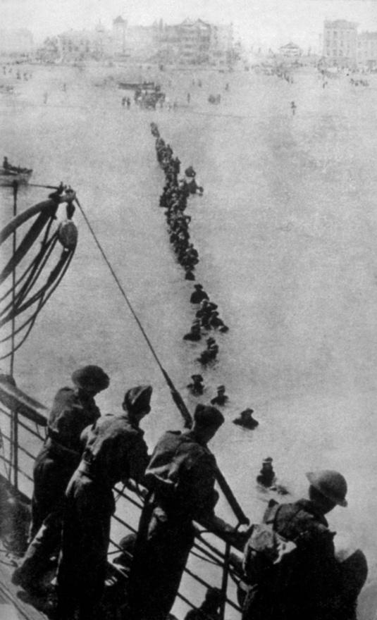 Hosszú az út a hajóig, süppedős a talaj, húz a zubbony és a rohamsisak. Százezer ember araszolt el a képen látható módon a németek elől.