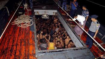 Bangladesi menekültek hánykolódtak a tengeren