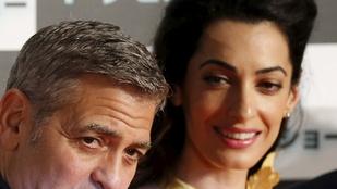 Fura hajjal érkezett Clooney-né férje filmpremierjére