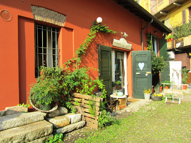 Cuki udvar a Naviglio Grande mellett. A szívecskés ajtó a változatosság kedvéért egy dizájnboltot rejt