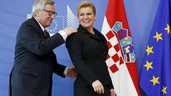 Juncker telefonált, aztán még nyomogatta is a mobilját a sajtótájékoztatóján