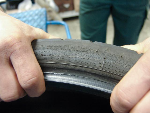 Ilyen rossz állapotú gumit motorra feltenni már bűncselekménynek számít