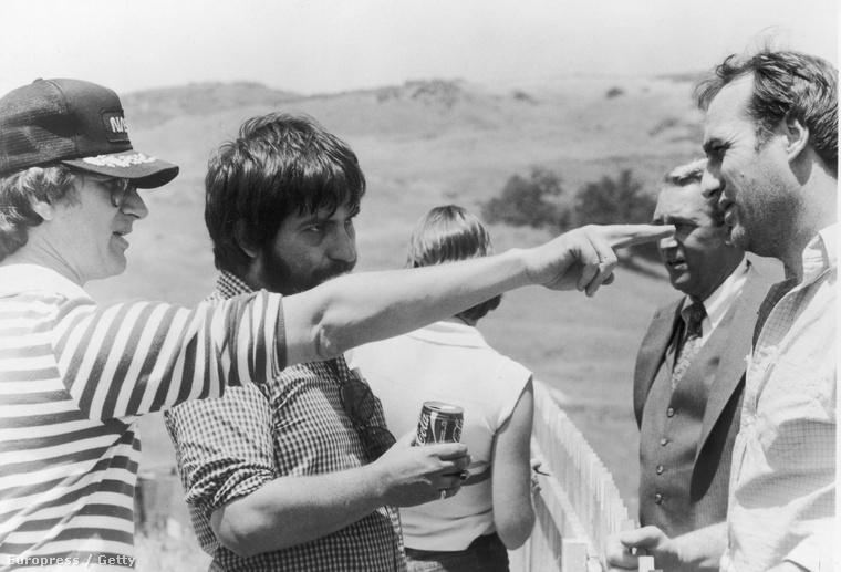 Spielberg Tobe Hooper hallgatólagos támogatásával James Carent és Craig T. Nelsont instruálja a temetői jelenet forgatásán