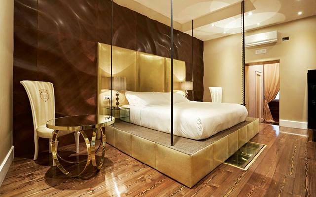 Több rendelést is teljesítettek a luxus szállodának. Így mutat a barna 3D-s fal az arannyal.