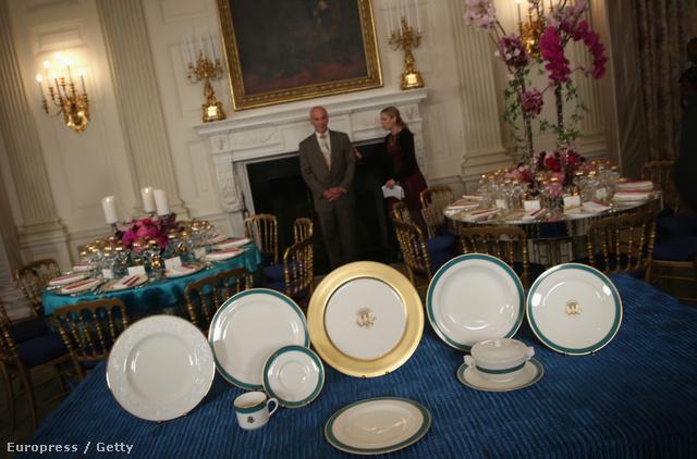Alig fejeződött be  a Fehér Ház Ovális irodájának majd az 'Old Family Dining Room' névre keresztelt étkezőnek az átalakítása, Michelle Obama egy újabb szemrevaló kollekcióval szabta személyre a washingtoni elnöki rezidenciát.