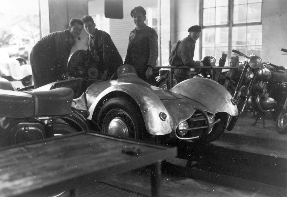 Egy valódi rejtély. A kép valószínűleg Csehszlovákiában készült az 1950-es évek elején. Ám a                         csehszlovák autósporttal foglalkozó könyvek sem említik ezt a versenyautót.