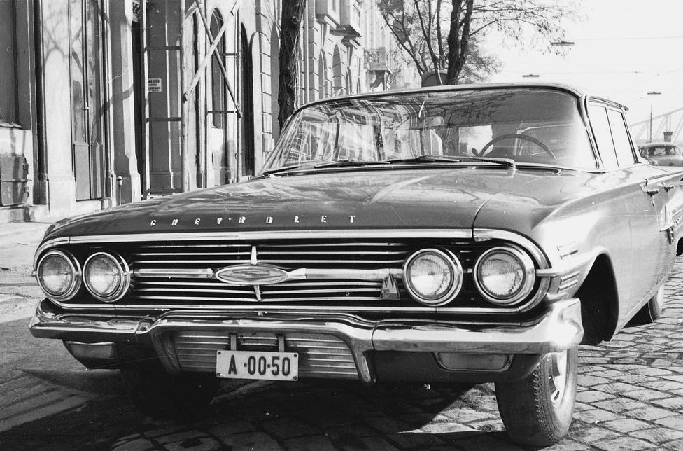 Múlt évben jelent meg Ocskay Zoltán szakíró könyve, az Autózás az ötvenes években. Ebben a                         szerző próbál leszámolni néhány mítosszal. Ezek egyike, hogy az 1950-es évektől kezdve Magyarországra                          nem jutott amerikai autó – legalábbis hivatalos csatornákon keresztül nem. Ez azonban óriási tévedés. Az                          állami szektor százas nagyságrendben használt Chevroleket, Buick-kat. Mint ezen a képen látható a                          gyakorlat az 1960-as években is tovább élt.