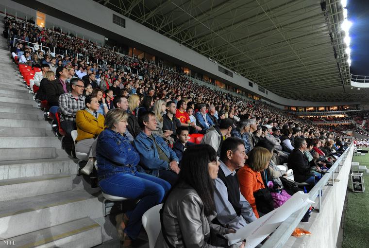 A Nagyerdei Stadion avatóünnepségének közönsége a stadion nyugati lelátóján.