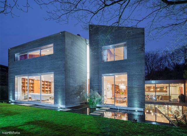 A ház a Fitzroy Parkban van és a Glentree Estates hirdeti.