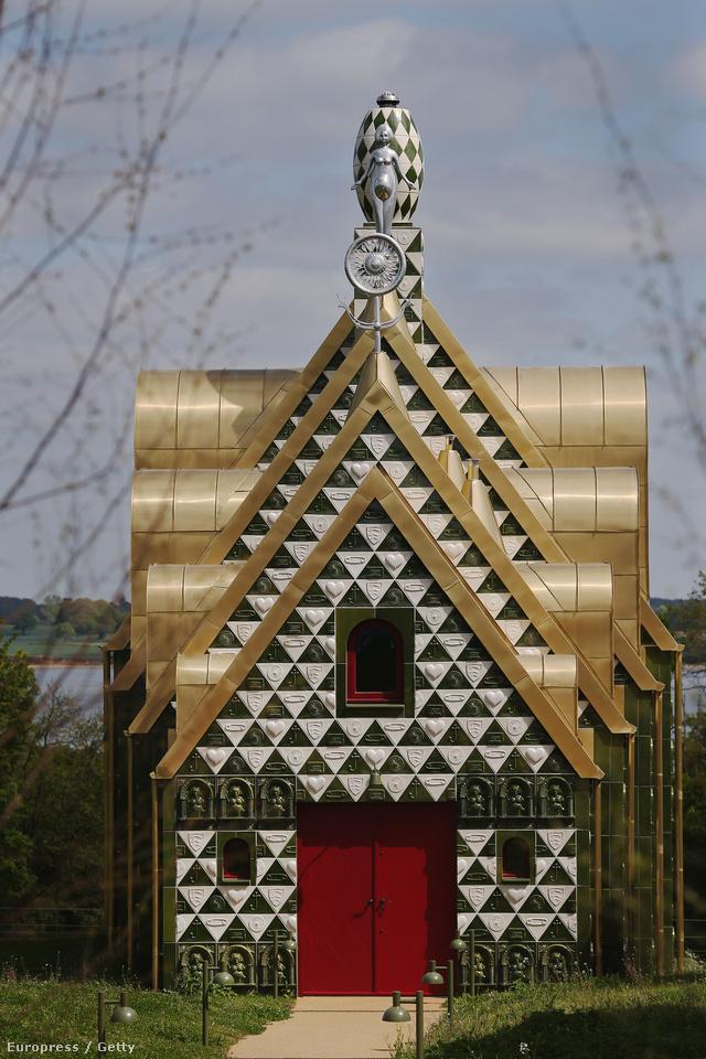 Aki ezúttal a kerámia vázáiról ismert Turner-díjas transzvesztita művészt, Grayson Perryt kérte fel arra, hogy tervezzen egy nyaraló házat az Anglia észak-nyugati részén található Essexbe.