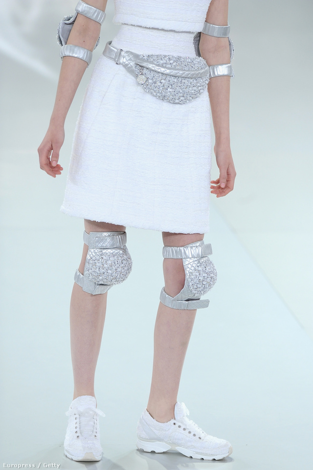 Haute Couture kollekciójába építette be az edzőcipőt Karl Lagerfeld.
