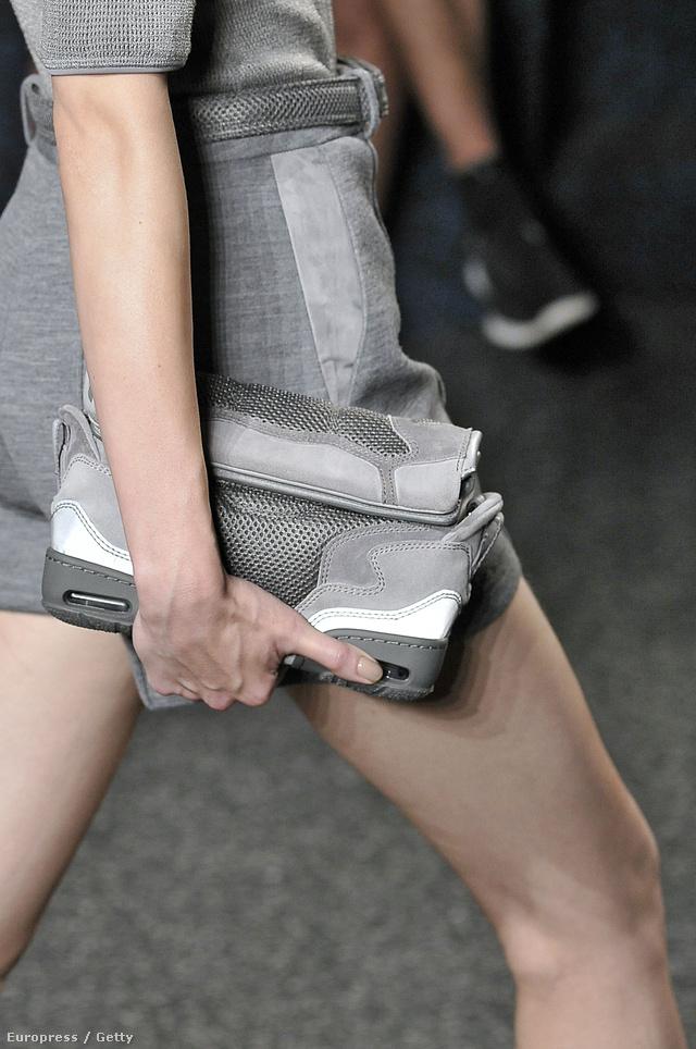 Cipő formát idéző táska Alexander Wang 2014-es szeptemberi kifutóján.