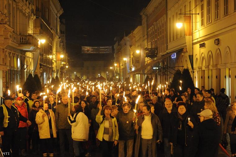 A Ságvári Endre Gyakorló Gimnázium átnevezése ellen szervezett fáklyás felvonulás résztvevői a szegedi Széchenyi téren 2015. március 30-án.