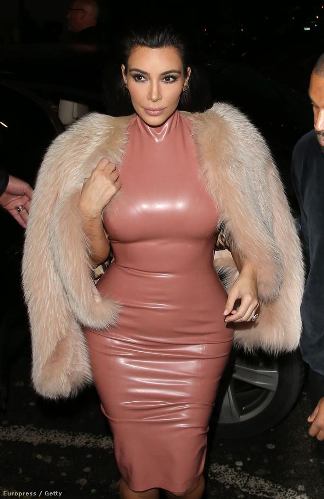Kim Kardashian 2015 februárjában vacsorázni indult a szűk gumiruhában Londonban.