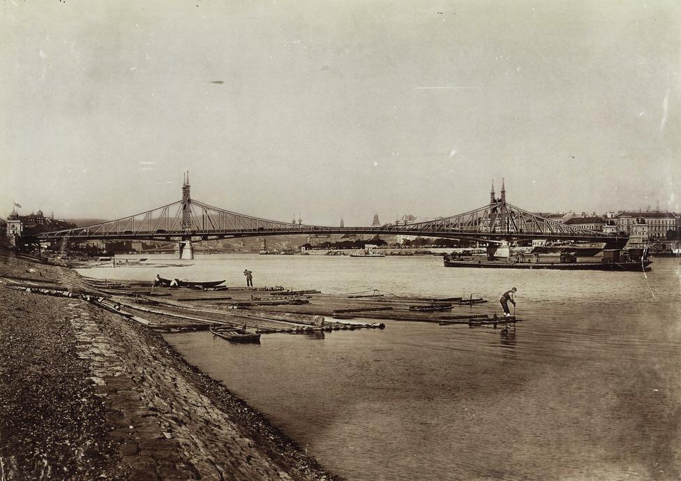 Faúsztatók a Műegyetem előtti rakpartnál, valamikor 1900 körül. Háttérben a Ferenc József híd, amit ma leginkább Szabadság hídként ismerünk. Megnyitása után másfél évvel, azaz 1898. májusában már villamos közlekedett rajta.