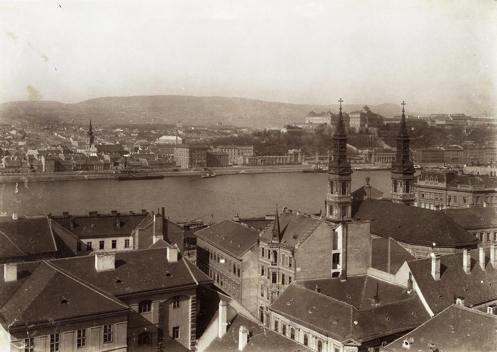 Belvárosi házak, a Tabán és a Királyi Palota a régi Városháza tornyából nézve. Jobb oldalon a Nagyboldogasszony ortodox székesegyház tornyai.