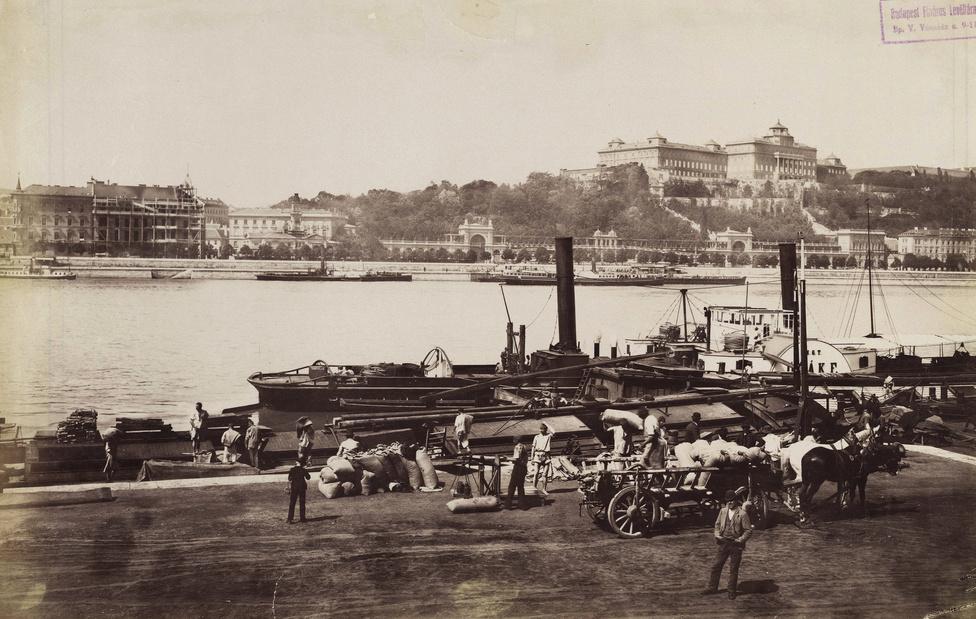 Kikötő a pesti alsó rakpartnál, 1895. A Duna túlpartján a Várkert Bazár és a Királyi Palota.